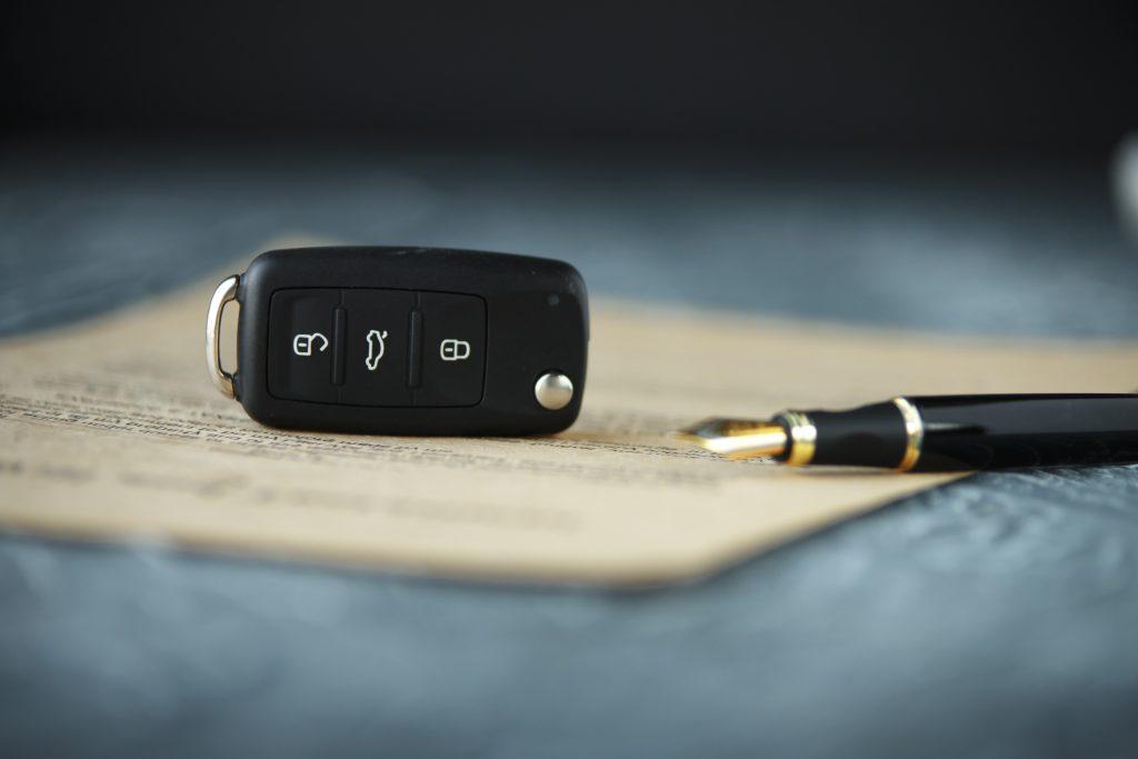Hulp bij auto kopen Zwarte autosleutel op een ondertekend contract