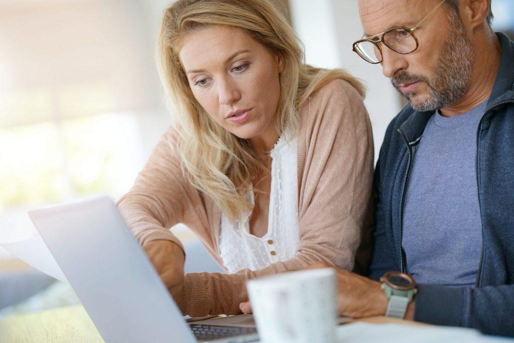 Hulp bij nieuwe auto kopen paar zoekt op internet met laptop