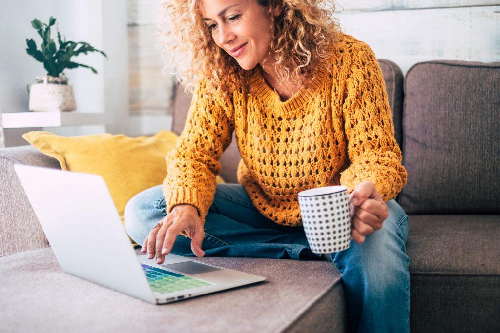Hulp bij auto kopen vrouw zoekt online